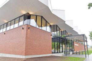 Näitusepaviljonist-vallamajaks-ehitatud-hoone-välisvaade-1024x683